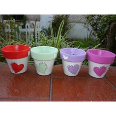 But flowers instead of hearts Paint Garden Pots, Painted Plant Pots, Painted Flower Pots, Flower Pot Art, Flower Pot Design, Flower Pot Crafts, Clay Pot Projects, Clay Pot Crafts, Flower Pot People
