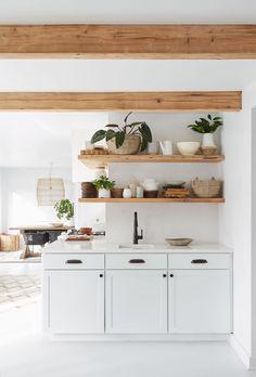 crisp white boho style kitchen, shelves wrap around the corner Ford Interior, Home Design, Interior Design, Studio Interior, Apartment Interior, Interior Modern, Apartment Design, Apartment Ideas, Sweet Home