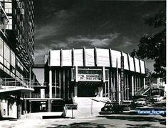 Los Cines que quedaban en la Torre Polar eran: El Teatro del Este y Pequeño Teatro del Este. En la foto la fachada del Teatro del Este, 1955.