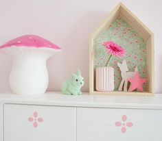 HetZoetePand Inspiratie - pretty pastel details, house shaped shelf and toadstool lamp.