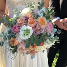 Beautiful bridal bouquet with peach and pink tones stunning arrangement by Ginger Lily and Rose wedding florist on the Sunshine Coast with Suzanne Riley Wedding Celebrant