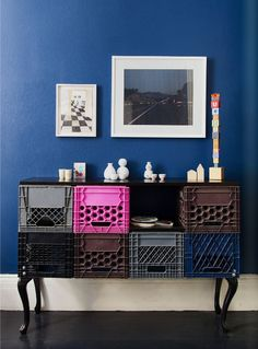 Simple and utilitarian fruit crates make for brilliant - and budget-friendly - home storage and small furnishings Crate Furniture, Recycled Furniture, Painted Furniture, Furniture Design, Plastik Box, Plastic Crates, Plastic Baskets, Milk Crates, Fruit Crates