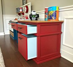 Here's how to build a super cute, Pottery Barn Style DIY Kids Desk with Storage. With free printable plans! This Little Kids Wood Desk has 3 big drawers for lots of storage and a classic look that'll make a pretty family heirloom piece. Kids Desk Storage, Diy Kids Desk, Diy Play Kitchen, Woodworking Plans Diy, Furniture Makeover Diy, Diy Furniture, Diy Furniture Building, Diy Childrens Desks, Desk Storage