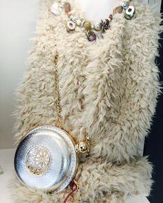 Quello che ti ci vuole è proprio un gilet in ecopelliccia. Caldo, morbido e fashion Disponibile nella nostra boutique ! #noccoaccessorimoda