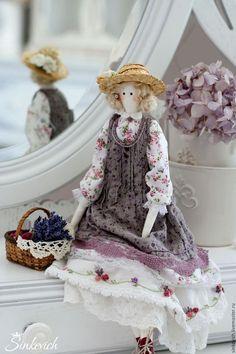 Купить или заказать Лукреция в интернет-магазине на Ярмарке Мастеров. Лукреция - куколка в провансном стиле. Соломенная шляпка не снимается. В плетенной корзинке с лавандой - маленькая салфетка с вышитой розой в технике рококо.…