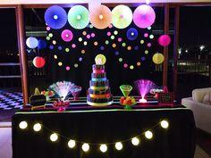 Festa Neon!!! Painel feito com papel!!!