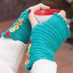 Teje unos mitones a ganchillo con este patrón tan fácil de The Bluü Room - http://www.thebluuroom.com