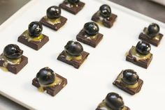 ...cuadros de chocolate 70% cacao con aceitunas negras, miel, aceite de oliva español y un punto de sal.