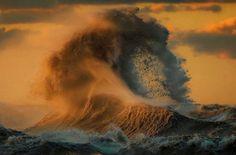 Dave Sandford est un photographe canadien spécialisé dans la photo sportive. Fasciné par l\\\'eau et la puissance de celle-ci, le photographe a récemment décidé de mettre de côté la photographie de sport et de s\\\'intéresser aux lacs et plus particulièrement au lac Érié. Ce lac faisantpartie des 5 Grands Lacs ...