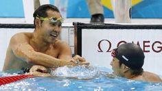 男子200メートル平泳ぎ決勝 3位になった立石諒(右)を祝福する4位の北島康介=水泳センター(共同)