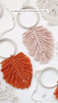 Diy Crafts For Home Decor, Crafts With Yarn, Macrame Wall Hanging Diy, Handmade Wall Hanging, Yarn Wall Art, Feather Crafts, Idee Diy, Diy Projects Yarn, Boho Diy