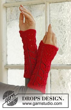 """Magie di Natale / DROPS Extra - Free knitting patterns by DROPS Design - Knitted DROPS Christmas wrist warmers with lace pattern in """"Fabel"""". Drops Patterns, Lace Patterns, Knitting Patterns Free, Free Knitting, Crochet Patterns, Free Pattern, Knitting Machine, Fingerless Gloves Knitted, Crochet Gloves"""