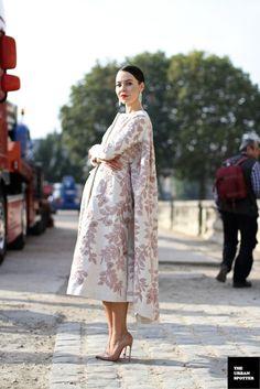 I oddly like this. Floral Fashion, Love Fashion, Autumn Fashion, Fashion Dresses, Fashion Looks, Fashion Design, Mode Mantel, Ulyana Sergeenko, Fashion Week Paris