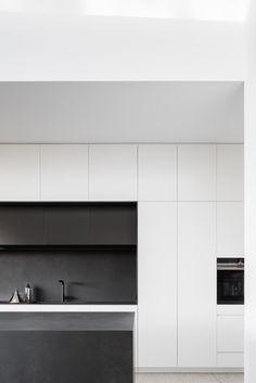 H House / Marston Architects Photos © Marston Architects Minimal Kitchen Design, Grey Kitchen Designs, Minimalist Kitchen, Kitchen Interior Inspiration, Interior Design Kitchen, Kitchen Decor, Outdoor Living Rooms, Kitchen Cabinetry, Modern House Design