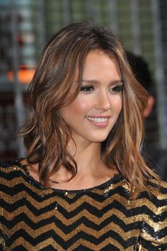 Jessica Alba Hairstyles to Steal - More Alba is known for her effortless, laid-back style. So, we love that she paired this chevron sequin dress with natural makeup and loose, messy waves. Clavicut, Medium Hair Styles, Short Hair Styles, Brunette Hair With Highlights, Undone Look, Hair Color Balayage, Short Balayage, Haircolor, Hair Color And Cut