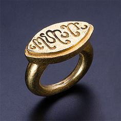 (Indonesia) A Gold Oval Ring with Pseudo Script. Central Java, Indonesia. ca 9 - 11th century CE.