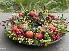Herfst decoratie schaal You are in the right place about baskets decor nursery Here we offer you the most beautiful pictures about the bamboo baskets decor you are looking for. Seasonal Decor, Fall Decor, Flower Decorations, Christmas Decorations, Green Wreath, Deco Floral, Basket Decoration, Fresh Green, Diy Garden Decor