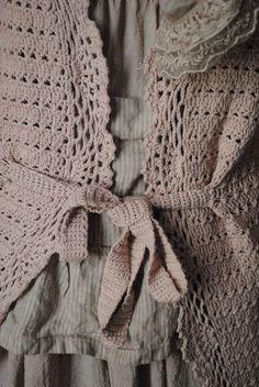 Ma petite veste au crochet rose poudré...