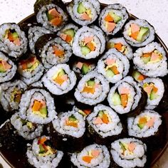 How to make sushi! Sushi At Home, How To Make Sushi, Sushi Rolls, Asian, Traditional, Platter, Ethnic Recipes, Holiday, Foods