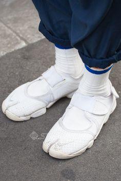 New Sneakers White Nike Street Styles Ideas Nike Street Style, Sneakers Street Style, Tokyo Street Style, New Sneakers, Casual Sneakers, Sneakers Fashion, Fashion Shoes, Street Styles, Sneaker Street