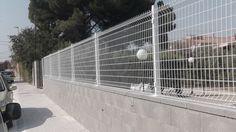 #Verja #residencial con #malla #electrosoldada #plegada: rejilla de 100x50mm. http://vinuesavallasycercados.com/catalogo-vallas-cercados-verjas-puertas-ocultacion-cercas-residencial-seguridad-jardin/verjas/barrotes-tubo-rejilla-chapa-deployee-poste/ http://www.vinuesavallasycercados.com/