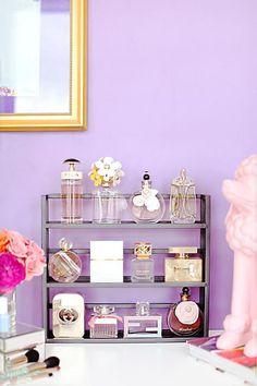 chambre violette, rangement de produits cosmétiques dans une chambre violette