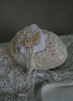 Nice idea.. Little bag, lace and crochet.. No pattern.. Oh oh it is an egg (sorry)