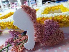 Baby met bloemen bekleed