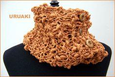 Cuello de suave lana de color teja.  Con 4 botones de madera y un lazo suelto para colocarlo de mil maneras distintas.  Más fotos en:  http://wp.me/p2FVSn-ct  Y más cosas calentitas en:  http://eljardindeamlaki.wordpress.com