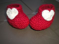 Chaussons bébé en 30 rangs chrono ! – Atelier BaliBouD Baby Mittens, Baby Booties, Baby Shoes, Slippers, Knitting, Kids, Bb, Kimono, Shoes