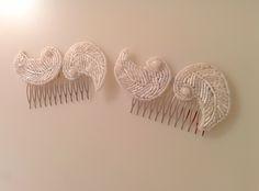 Modelo peines vintage. Poco a poco vamos incorporando nuevas piezas de pedrería, llegó la hora de los peines con esta delicada y preciosa pareja con pedrería en blanco. Ideales para una novia que quiera llevar una de nuestras piezas más delicadas. #peine #pedreria #vintage #lamoradadenoa #perlas #blanco #peine #novia #boda