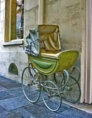 Vintage Baby Carriage I adore this pram! Vintage Pram, Vintage Toys, Pram Stroller, Baby Strollers, Retro, Prams And Pushchairs, Baby Buggy, Dolls Prams, Baby Prams