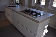 Keuken greeploos hoogglans wit met betonlook blad van MAEK meubels Www.maekmeubels.nl
