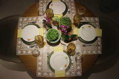 Para o centro da mesa um cachepô verde celadon, e um cachepô em prata também com o tostão. Duas minis orquídeas na cor pink em minis cachepos de prata combinando perfeitamente com o papagaio e a cacatua em porcelana.