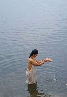 Vrindavan Rishikesh, Aunty In Saree, Girl In Water, Photography Lessons, Indian Beauty Saree, India Beauty, Indian Girls, Hottest Models, Indian Actresses