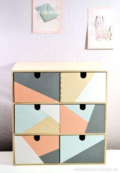 Für ein Gewinnspiel auf meinem Blog http://www.sousou-diysign.de/ habe ich die Moppe Minikommode von Ikea gestaltet – eine Box, 3 Looks! 1. Pastellfarben im geometrischen Design 2. Minimalistisch mit Ledergiffen 3. und der ruhige Mix aus beidem Sie ist wirklich sehr sehr … mehr