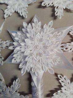 Hviezdička je vyrobená technikou kanzashi, pri výrobe sú p Quilted Christmas Ornaments, Fabric Ornaments, Handmade Christmas Decorations, Beaded Ornaments, Kanzashi Flowers, Diy Flowers, Fabric Flowers, Paper Flowers, Ribbon Art