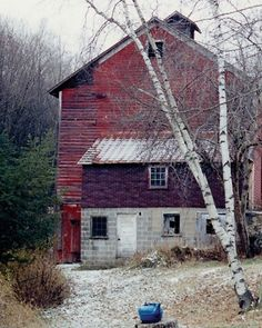See the Before: Barn in our Farmhouse Renovation gallery Old Buildings, Abandoned Buildings, Abandoned Castles, Abandoned Mansions, Abandoned Places, Country Barns, Country Life, Country Living, Country Roads