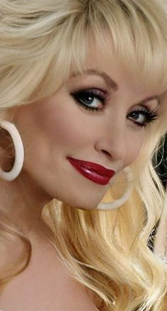Sexy Older Women, Classy Women, Sexy Makeup, Hair Makeup, Dolly Parton Quotes, Dolly Parton Pictures, Cool Blonde Hair, Girl Senior Pictures, Women In Music