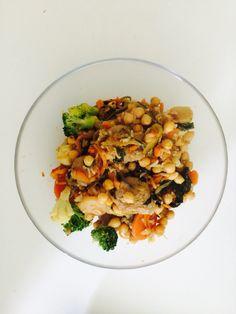 Wok med svin    - 1 person -  Ingredienser:   130 g kikerter 100 g gulerot   200 g brokkoliblanding   Fremgangsmåte:   *Stek svin og Tilsett fisken og grønnsakene Serveres med ris og soyasaus