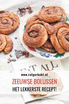 Toen ik ooit begon met het bakken van bolussen ging het niet gelijk vlekkeloos. Ik vond de Zeeuwse bolussen vaak droog, terwijl ze juist lekker sappig en kleverig horen te zijn. Tot ik op de tip stuitte om de bolussen heel heet en kort te bakken. Dit werkt echt perfect! Ik bakte deze bolussen ook tijdens de broodaflevering van Heel Holland Bakt en de jury was er erg tevreden over. #RutgerBakt #Bolussen #Recept Low Carb Desserts, Cookie Desserts, Sweet Desserts, Low Carb Recipes, Dessert Recipes, Dutch Recipes, Sweet Recipes, Low Carb Brasil, Cinnamon Bread