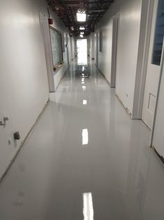 Un revêtement en époxy uni est une bonne option pour assurer la sécurité et la durée de vie des planchers en béton de bâtisses commerciales et industrielles. Voici notre plus récente réalisation, des couloirs en époxy couleur light concrete. 💯  N'hésitez pas à nous écrire pour discuter de vos besoins en revêtements de planchers industriels ou commerciaux. 😁 C'est Bon, Voici, Tile Floor, Flooring, Hallways, The Length, Floor, Business, Tile Flooring