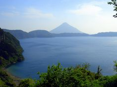 Isshii is the name of a lake monster said to be living in Kagoshima Prefecture's Lake Ikeda. (イッシーの池田湖と開聞岳)