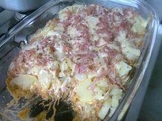 Ingredientes: 500 g de peito de frango cozido e desfiado , 800 g de batata cozida em rodelas , 1 copo de requeijão , 1 molho de tomate , azeitona picada a gosto , 200 g de mussarela fatiada ou ralada , 200 g de presunto fatiado ou ralado , orégano a gosto