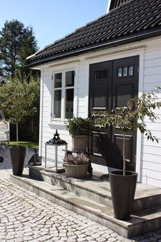 New garden modern entrance black doors 50 Ideas Outdoor Spaces, Outdoor Living, Outdoor Decor, Houses Architecture, Modern Entrance, White Houses, House Colors, Exterior Design, Exterior Colors