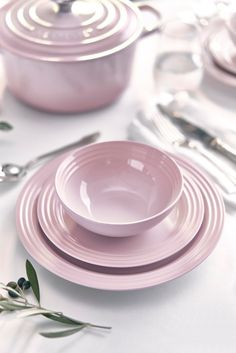 New Shell Pink has been inspired by the soft tones of seashells, capturing the essence of romance and summer sunsets. Add an elegant blush to the kitchen and the home with Shell Pink from Le Creuset, launching in store and online at www.lecreuset.co.za from 14th February 2020. Cute Kitchen, Kitchen Dishes, Kitchen Stuff, Le Creuset Pink, Le Creuset Cookware, Pip Studio, Carnival Glass, Funny Design, Kitchen Accessories