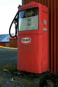 Rindalsskogen, september 2001: Akkurat på fylkesgrensa står denne Gilbarco-pumpa som har vært kontrollert i perioden 1963-76.