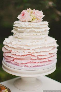 Pastel de boda degradado en tonos rosas  Foto: Apple & Cacao