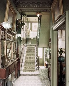 Above: The entrance hall and staircase. Between 1875 and 18 Stafford Terrace was home to the Punch cartoonist Edward Linley Sambourne, his wife Marion, and their two children, Maud and Roy. Kensington And Chelsea, Chelsea London, Kensington London, Victorian Interiors, Victorian Homes, Victorian Era, Victorian Terrace, Victorian Decor, Edwardian Era