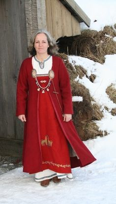 Absolutely STUNNING Norse garb with fantastic embroidery and card weaving. All on a beautiful blog in a language I... can't understand. Sigh.